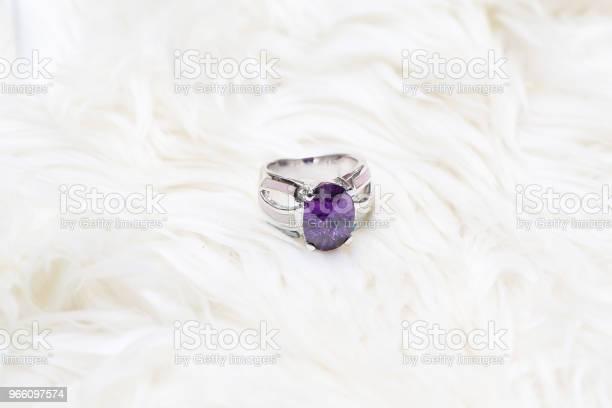Diamond Ring And Purple Gemstone — стоковые фотографии и другие картинки Аметист