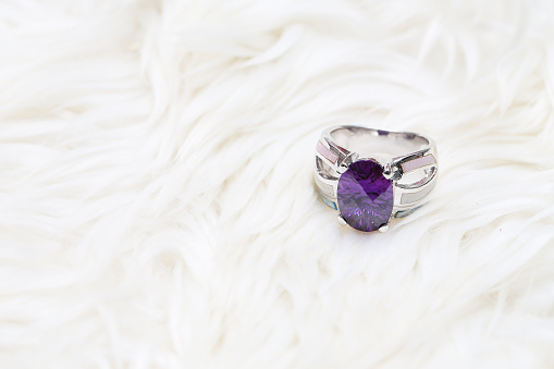 Diamond Ring And Purple Gemstone - Fotografias de stock e mais imagens de Ametista