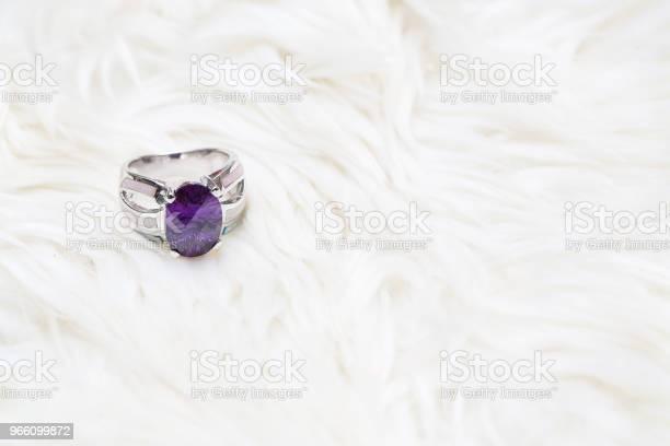 Diamond Ring And Purple Gemstone - Fotografias de stock e mais imagens de Ametista