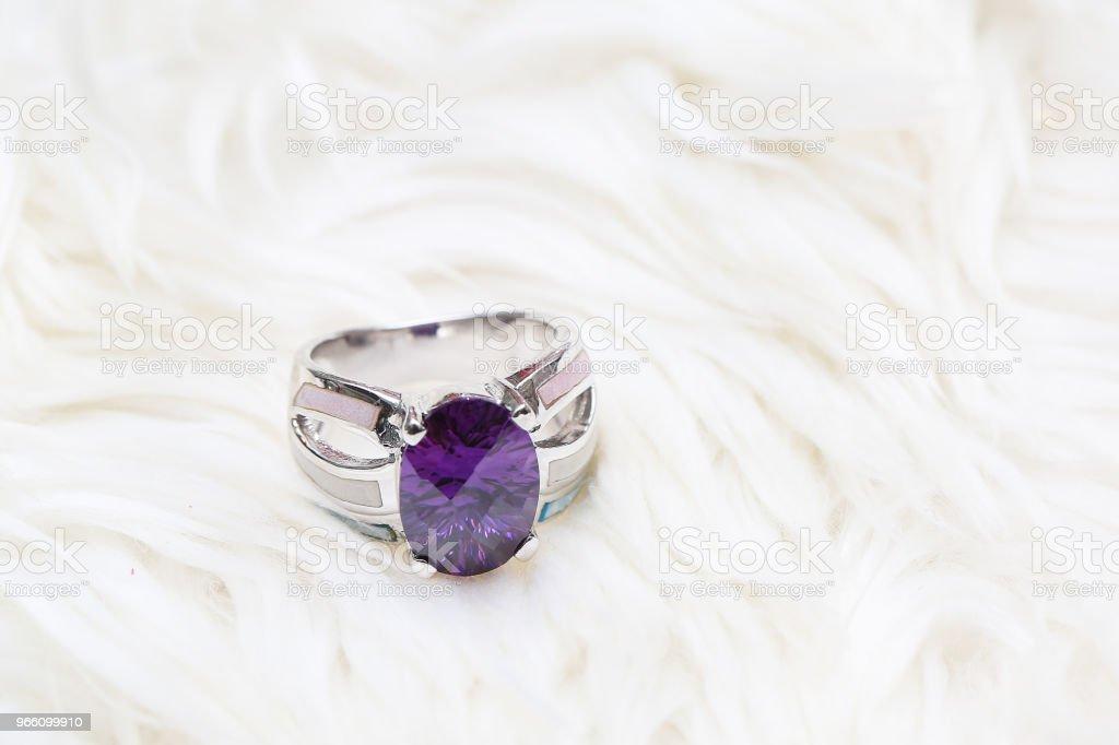 Diamant-Ring und lila Edelstein - Lizenzfrei Amethyst Stock-Foto