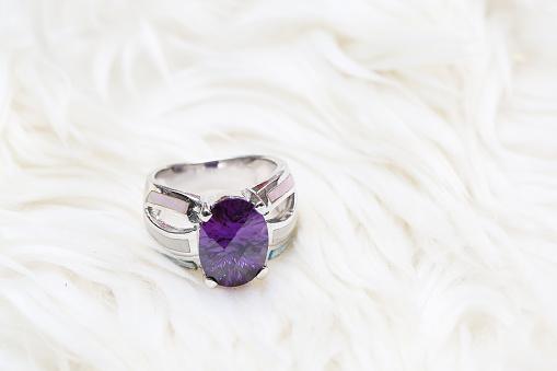 Diamond Ring En Paars Edelsteen Stockfoto en meer beelden van Amethist