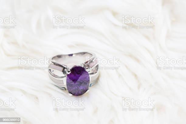 Diamantring Und Lila Edelstein Stockfoto und mehr Bilder von Amethyst