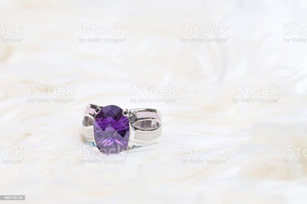Diamond ring och lila ädelsten - Royaltyfri Ametist Bildbanksbilder