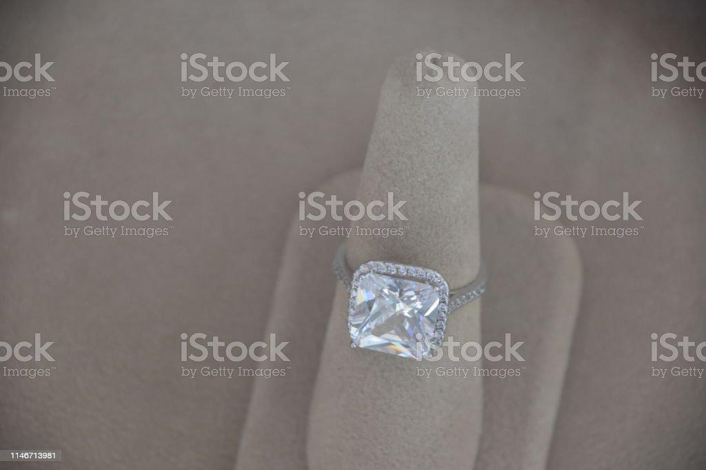 Um anel de diamante em uma loja - foto de acervo