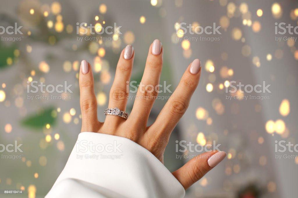 指にダイヤの指輪。 - 1人のロイヤリティフリーストックフォト