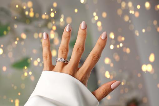 指にダイヤの指輪 - 1人のストックフォトや画像を多数ご用意