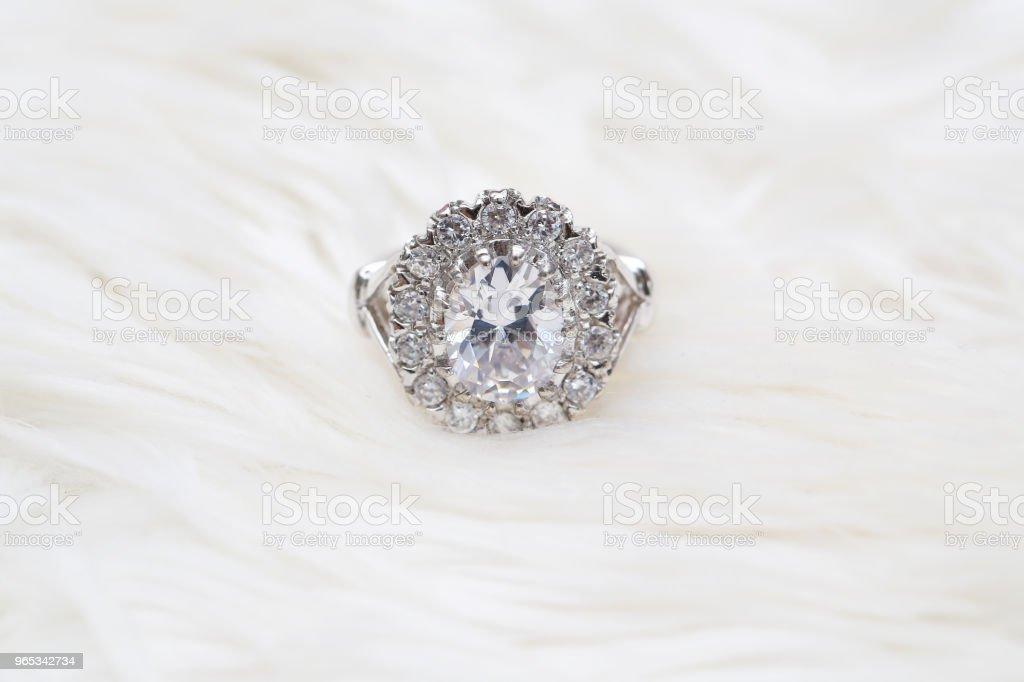 bague à diamants sur tissu blanc - Photo de Beauté libre de droits