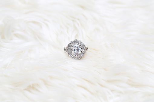 흰색 원단에 다이아몬드 반지 결정체에 대한 스톡 사진 및 기타 이미지