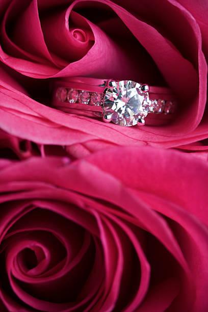 diamantring - rosa tarnfarbe stock-fotos und bilder
