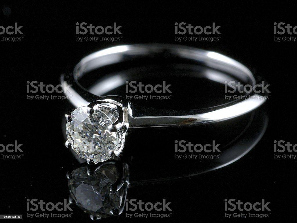 Anillo de diamantes con la reflexión foto de stock libre de derechos