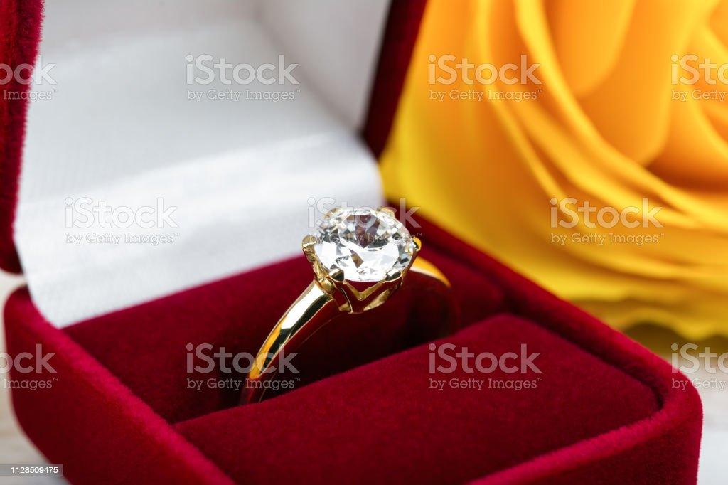 Diamant trouwring in een rode geschenkbox - Royalty-free Bruiloft Stockfoto