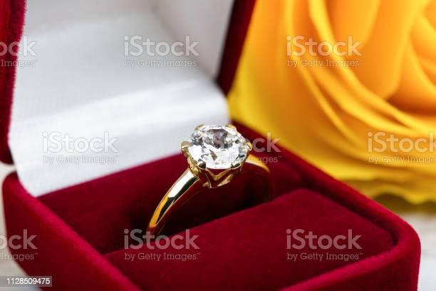 Diamant Trouwring In Een Rode Geschenkbox Stockfoto en meer beelden van Bruiloft