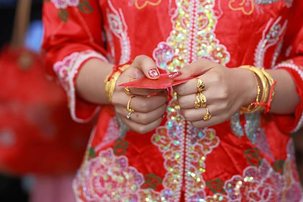 Diamond Hochzeit Ringe und chinesischem Red envelope – Foto