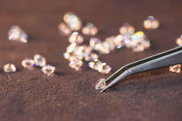 diamant met pincet en vergrootglas. edelsteen schoonheid - hand constructing industry stockfoto's en -beelden
