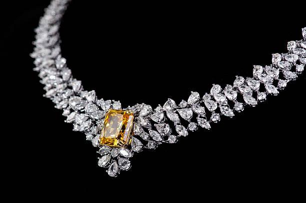 бриллиантовое колье движения на черном фоне - ожерелье стоковые фото и изображения