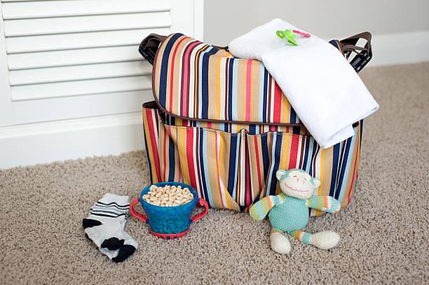 wickeltasche essentials - babytasche stock-fotos und bilder
