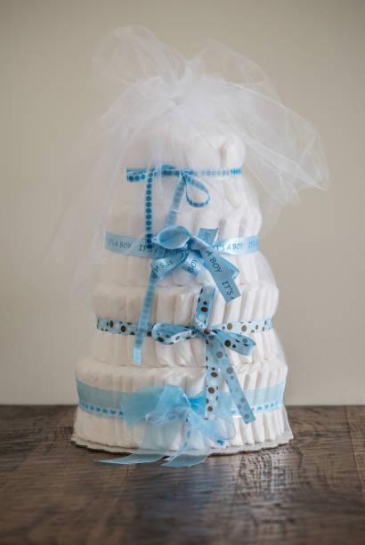 windel torte a multi eingeebnet windeltorte für ein baby-dusche. - windel partys stock-fotos und bilder