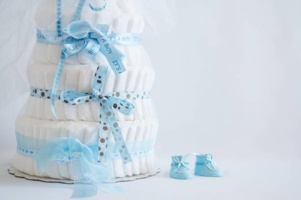 windel torte und baby-jungen-schuhe für ein baby-dusche. - windel partys stock-fotos und bilder