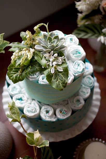 windel kuchen für baby-dusche, die mit frischen blumen - windel partys stock-fotos und bilder