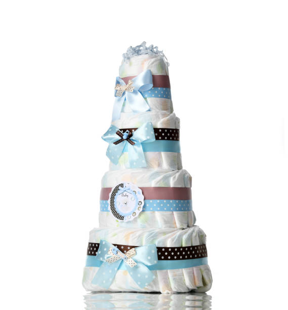 windeln-kuchen vier abgestufte windeltorte mit blauen bändern und schleifen für baby junge kind isoliert - windel partys stock-fotos und bilder