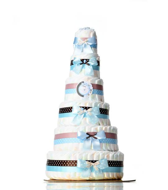 windeln kuchen sechs abgestufte windeltorte mit blauen bändern und schleifen für baby junge kind isoliert - windel partys stock-fotos und bilder