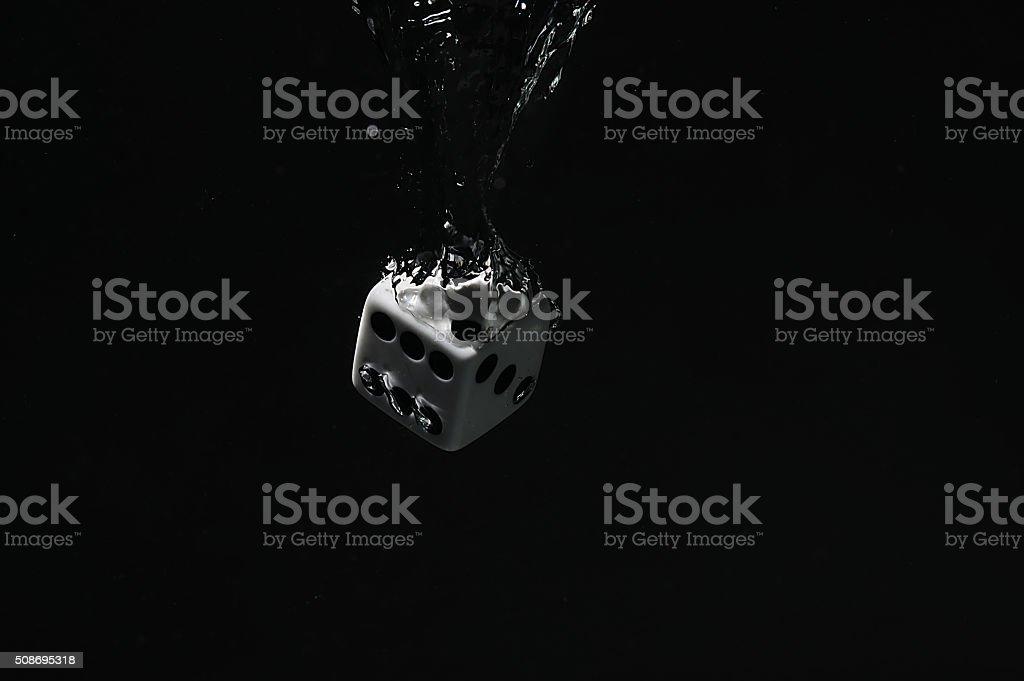 Kości objętych w wodzie. Na Czarne tło. – zdjęcie