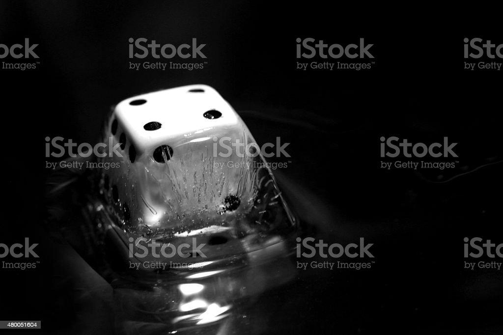 Dados dentro de um cubo de gelo foto royalty-free