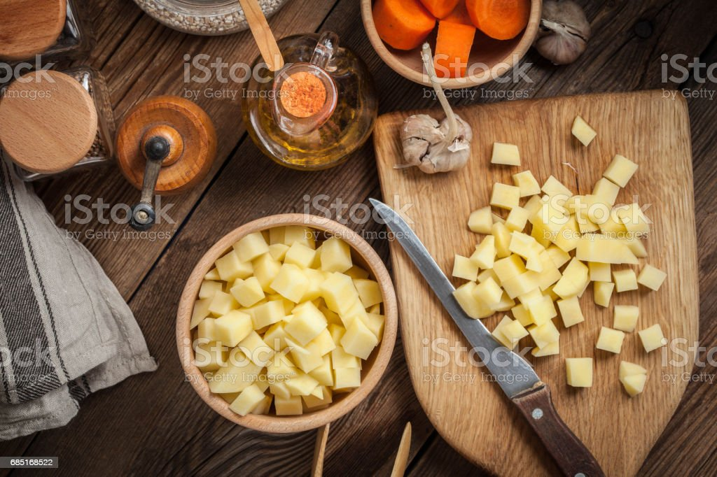 Diced potatoes on a wooden chopping board. foto de stock royalty-free