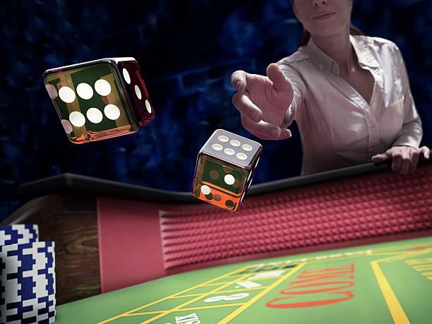 dices throw at casino - 굴리기 뉴스 사진 이미지