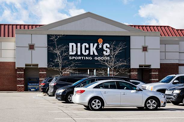 """Dick's Clothing & Sporting Goods Rochester Hills, Michigan, USA - November 4, 2016: The Dick's Clothing & Sporting Goods store in Rochester Hills,Michigan. Founded in 1948 by Richard """"Dick"""" Stacks, Dick's is a chain of over 450 stores offering sporting goods and sporting clothing. Dick stock pictures, royalty-free photos & images"""