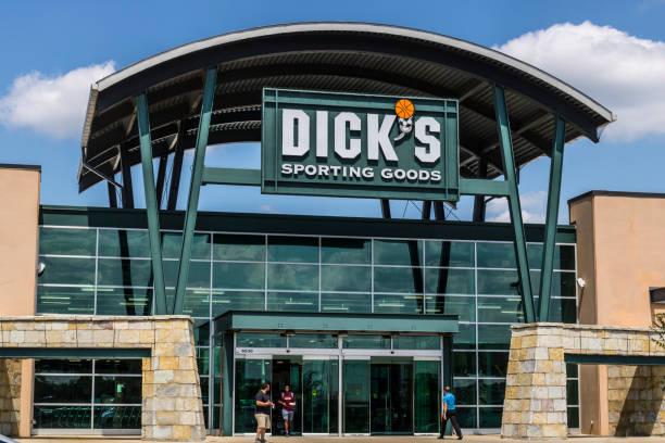 Dick's Sporting Goods Retail Location. Dick's is an Authentic Full-Line Sporting Goods Retailer VI Indianapolis - Circa August 2017: Dick's Sporting Goods Retail Location. Dick's is an Authentic Full-Line Sporting Goods Retailer VI Dick stock pictures, royalty-free photos & images