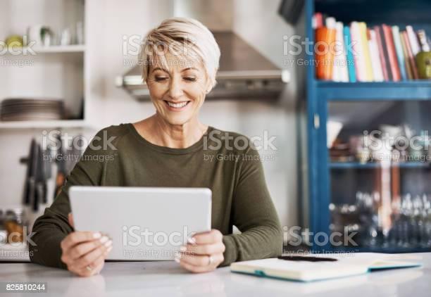 Ich Wusste Nicht Dass Dieses Gadget Hatte So Viele Nützliche Funktionen Stockfoto und mehr Bilder von Tablet PC