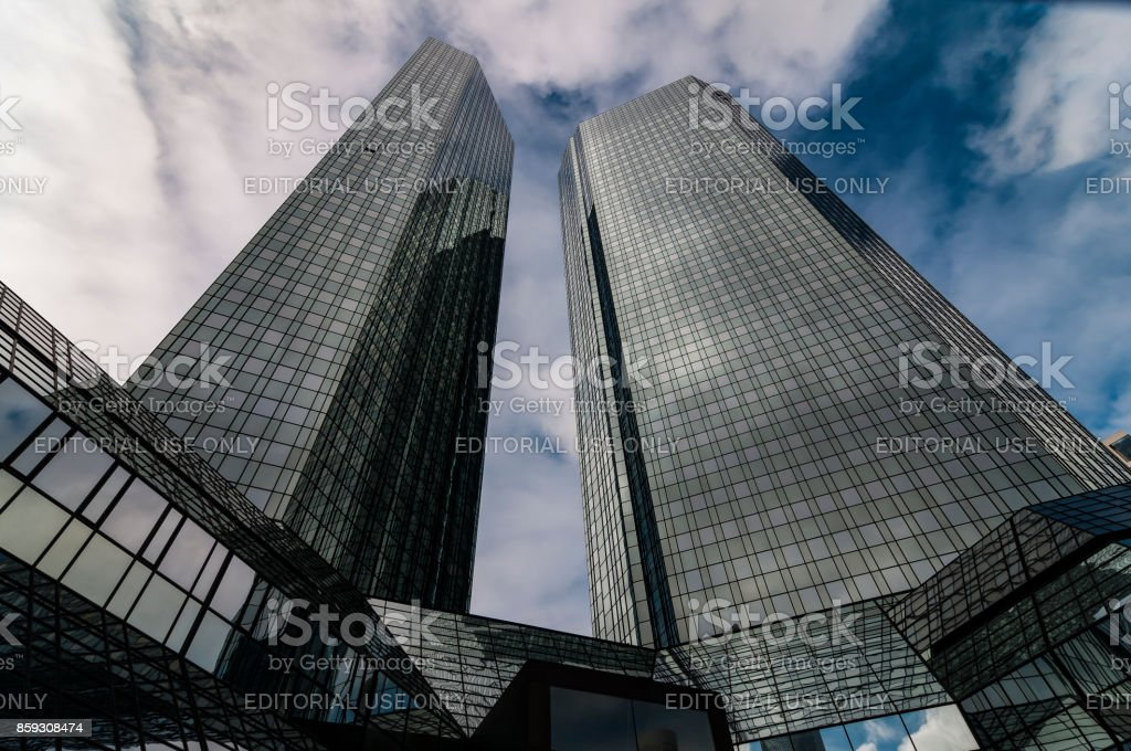 Sterben Sie Deutsche Bank in Frankfurt Am Main Bei Leicht Bewölktem Himmel – Foto