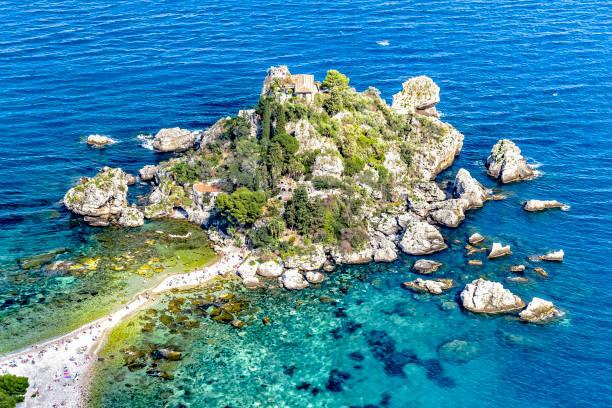die insel isola bella im ortsteil mazzaróder stadt taormina 在 sizilien - 陶爾米納 個照片及圖片檔