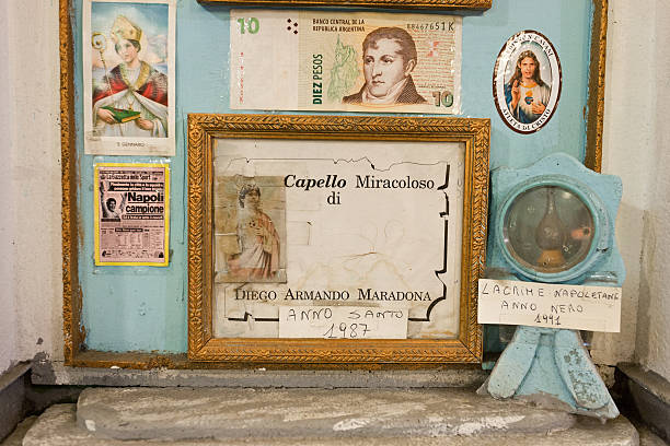 diego armando maradona miracolous capelli a napoli - maradona foto e immagini stock
