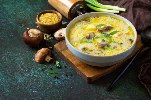 다이어트와 건강한 식생활 개념. 어두운 돌 배경에 벌거와 로얄 버섯 크림 수프. 공간을 복사합니다. 스톡 사진