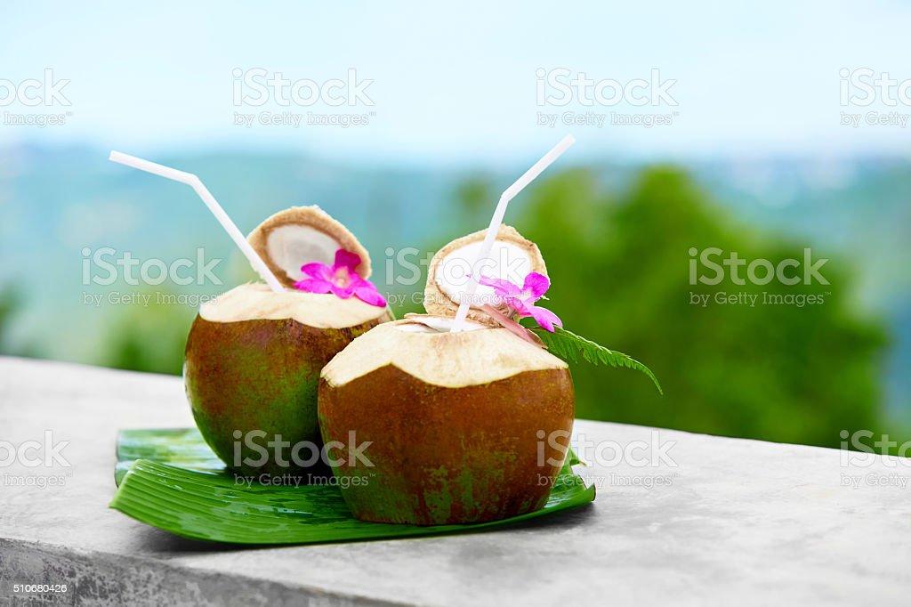 Ernährung trinken. Bio-Kokos-Wasser und Milch. Ernährung und Flüssigkeitszufuhr. Feuchtigkeitsbehandlung – Foto