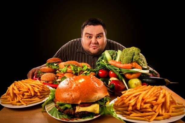 Wahl zwischen gesunden und ungesunden Lebensmitteln macht Diät Fett Mann. – Foto