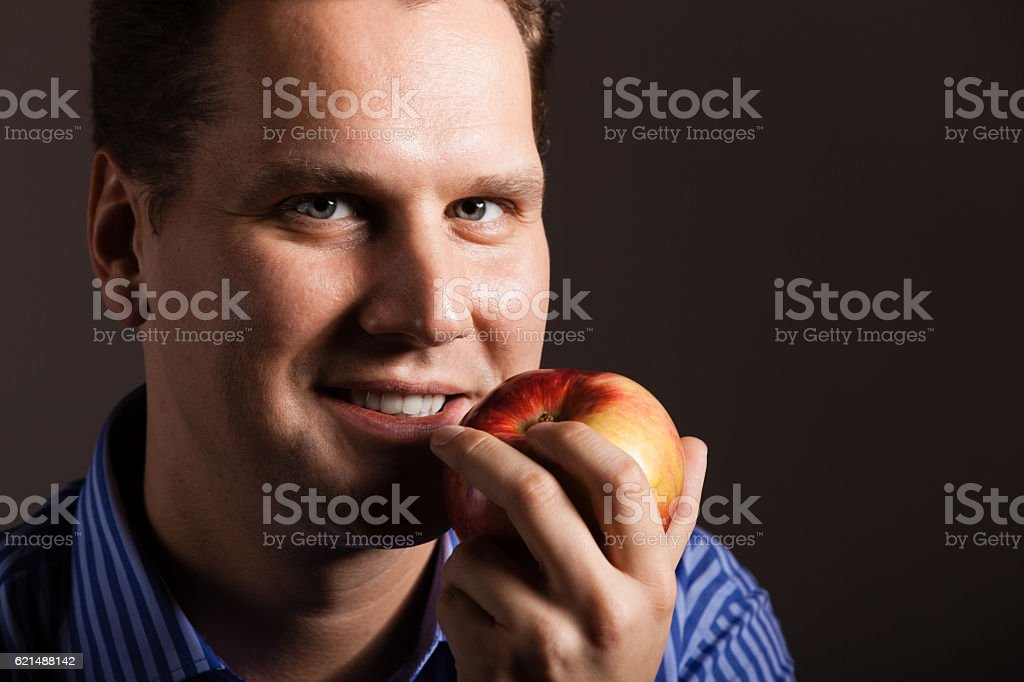 Régime alimentaire. Heureux homme tenant apple fruits frais photo libre de droits