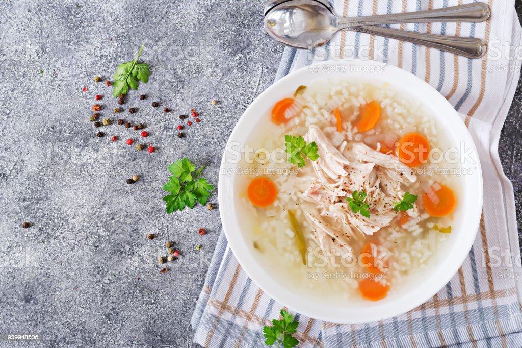 Diätetische Hühnersuppe mit Reis und Karotten. Gesunde Ernährung. Flach zu legen. Ansicht von oben – Foto