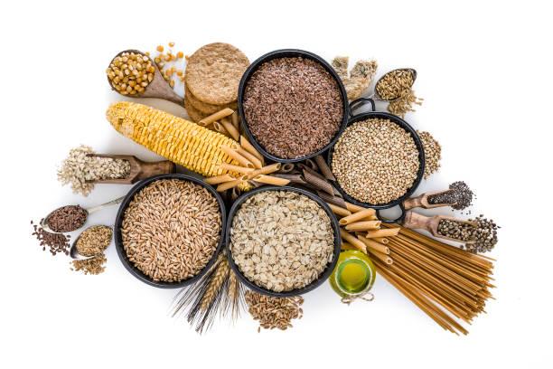 voedingsvezels: grote groep volkoren voedsel geschoten van bovenaf op witte achtergrond - bloem stapelvoedsel stockfoto's en -beelden