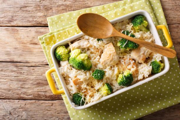 diätetische lebensmittel: reis mit hähnchen, brokkoli und käse nahaufnahme gebacken. horizontale ansicht von oben - huhn brokkoli auflauf stock-fotos und bilder