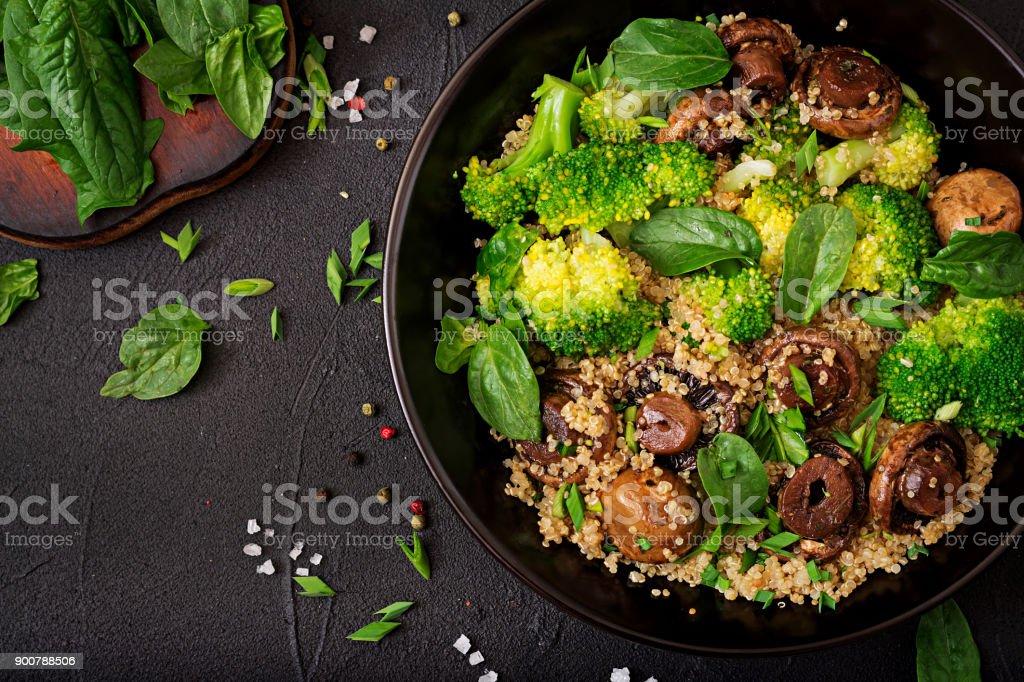 Diät-Menü. Gesunde vegane Salat Gemüse - Brokkoli, Pilze, Spinat und Quinoa in eine Schüssel geben. Flach zu legen. Ansicht von oben – Foto