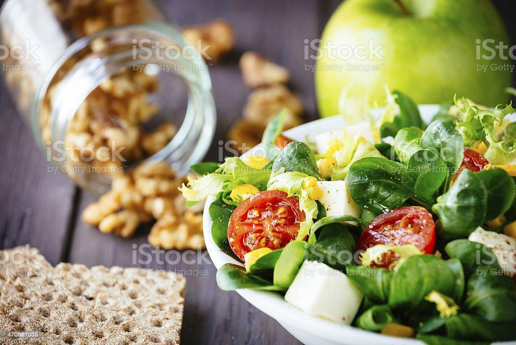 Abnehmen grünem Salat und Cracker – Foto