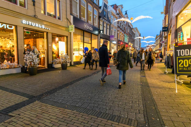 Diezestraat shopping street in Zwolle during a cold winter night, People are walking on the street and looking at the shop windows. - foto stock