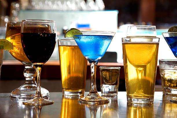 boissons alcoolisées sur un bar - spiritueux photos et images de collection