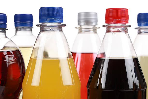 différentes bouteilles de soda - boisson rafraîchissante photos et images de collection