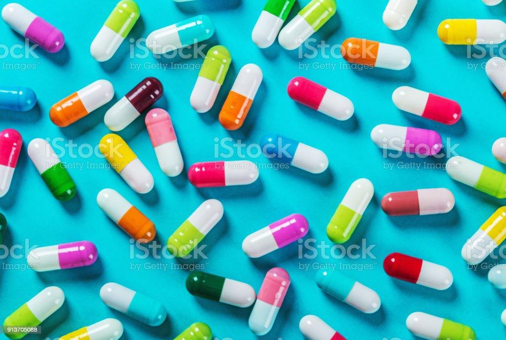 andere Farbe Pillen auf blauem Hintergrund – Foto