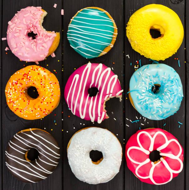 verschiedene bunte donuts - löcherkuchen stock-fotos und bilder