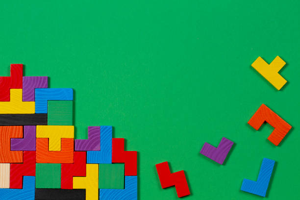Verschiedene bunte Formen Holzblöcke auf grünem Hintergrund. Ansicht von oben – Foto